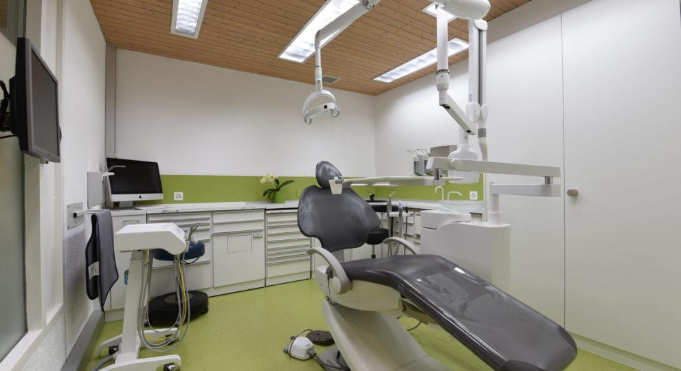 Behandlungsraum mit schwarzem Stuhl