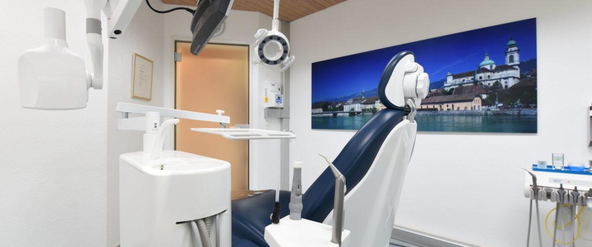 Behandlungsraum mit blauem Stuhl